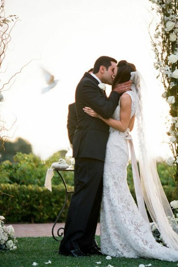 Weisse-Hochzeitstauben-und-einen-Kuss