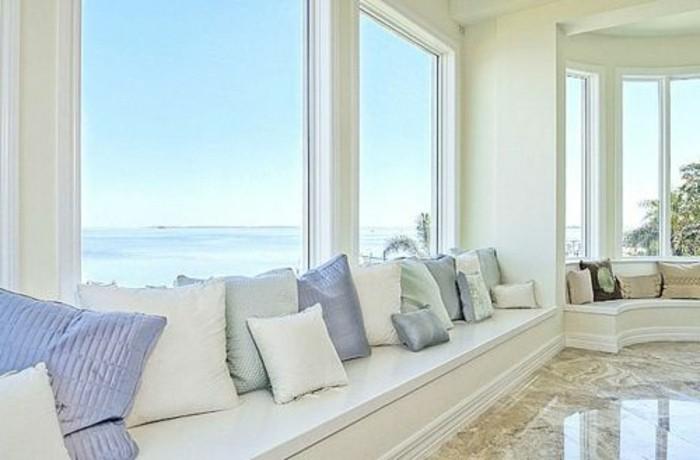 bequemes-sofa-mit-kissen-neben-den-großen-fenstern-im-panorama-haus