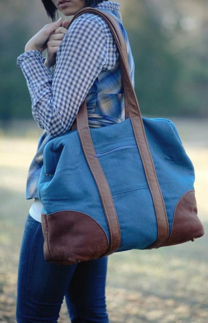 blaue-sporttasche-design-mit-braunen-akzenten