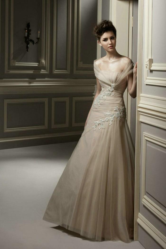 champagne-brautkleider-elegante-romantisch-wirkende-dame-mit-einem-zärtlichen-aussehen