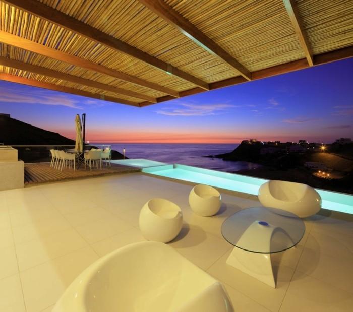 coole-überdachung-der-großen-terrasse-luxus-panorama-haus