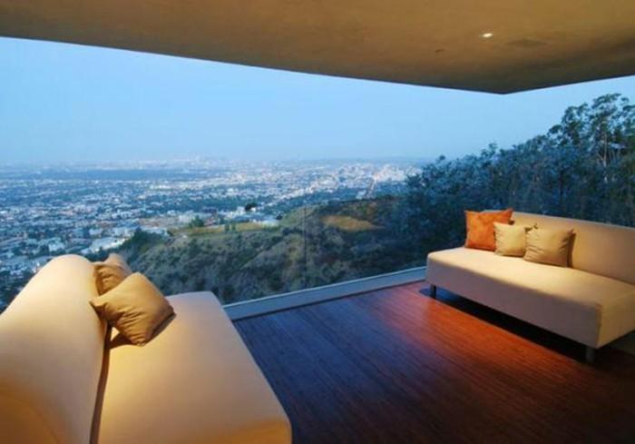 cooler-ausblick-modernes-panorama-haus-schöne-sofas