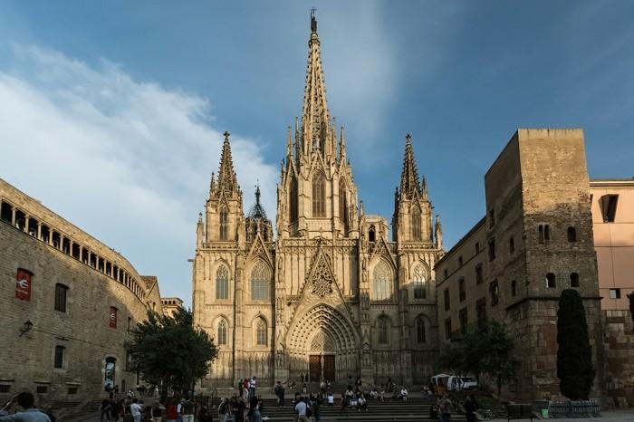 die-großartige-kathedrale-von-barcelona-interessante-architektur