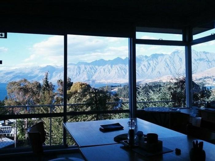 große-gläserne-wände-in-einem-unglaublichen-haus-mit-panorama