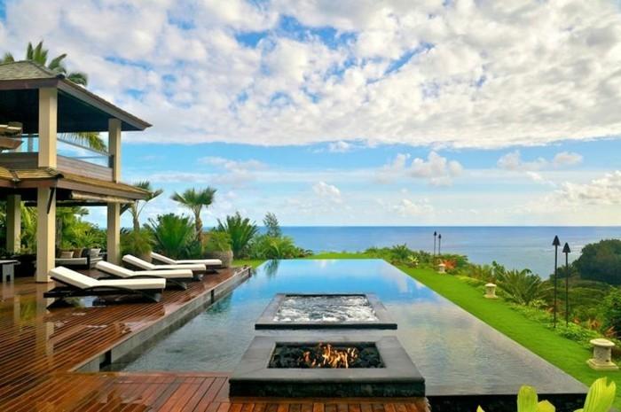 interessanter-exotischer-blick-auf-den-pool-panorama-haus