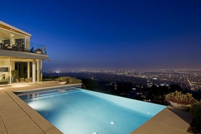 interessanter-pool-und-großartiger-blick-modernes-panorama-haus