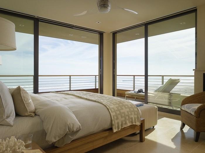 kleines-exotisches-schlafzimmer-mit-glaswänden-im-panorama-haus