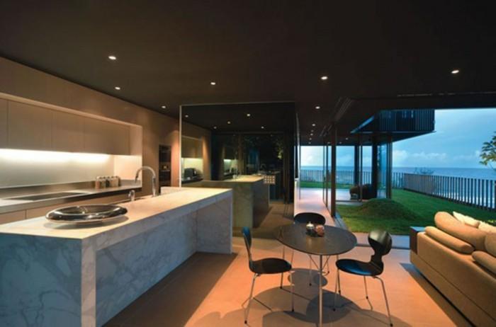 kreatives-modell-panorama-haus-mit-sehr-weitläufigem-innenraum