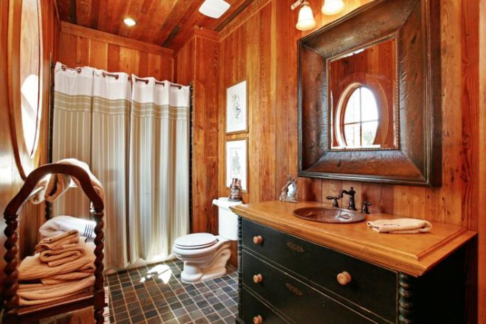 landhaus-badezimmer-massive-möbel