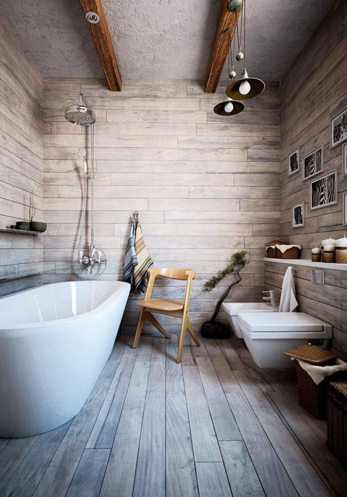 landhaus-badezimmer-mit-balken-und-pendelleuchter-holzbodenbelag