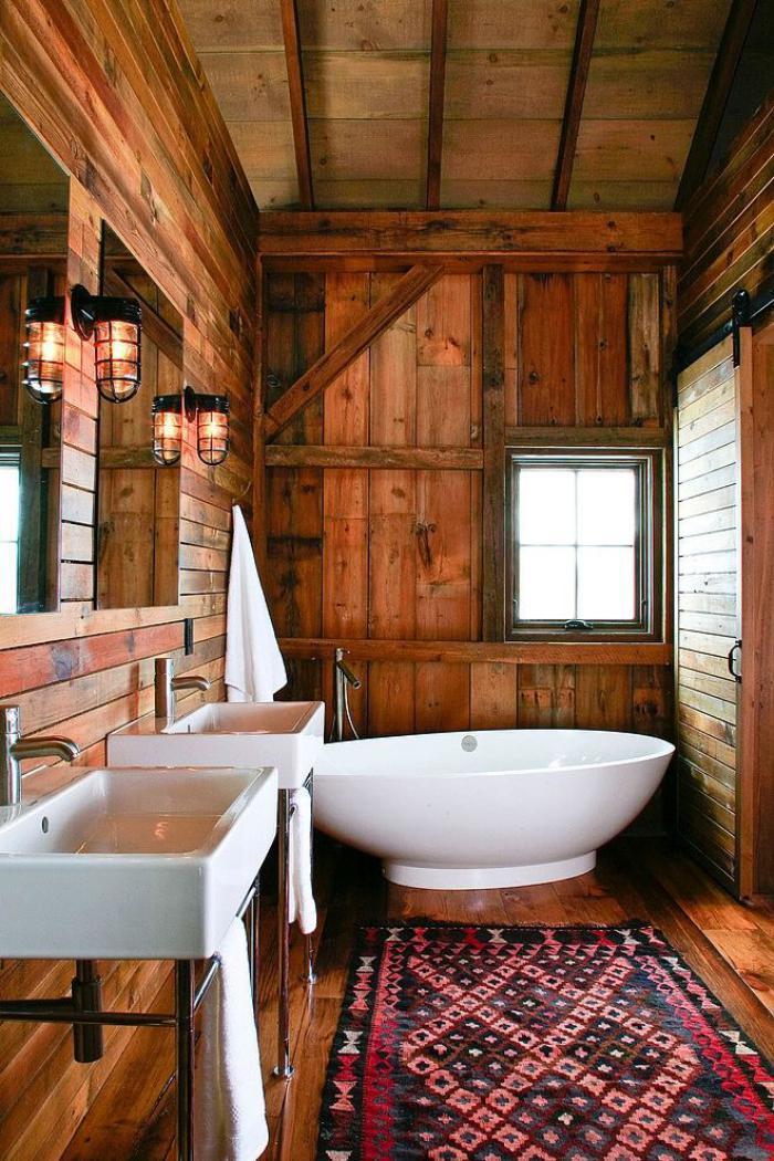 Landhaus Badezimmer Mit Ovaler Badewanne Und Einem Rustikalen