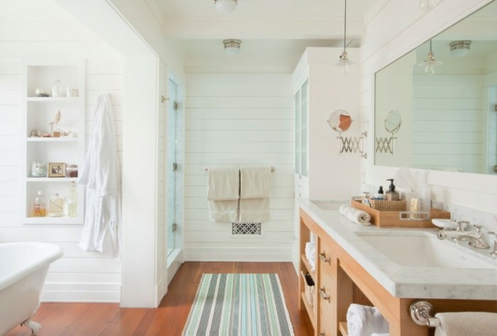 landhaus-badezimmer-mit-teppich-läufer-waschtisch-mit-marmor-platte-und-holz-unterschrank