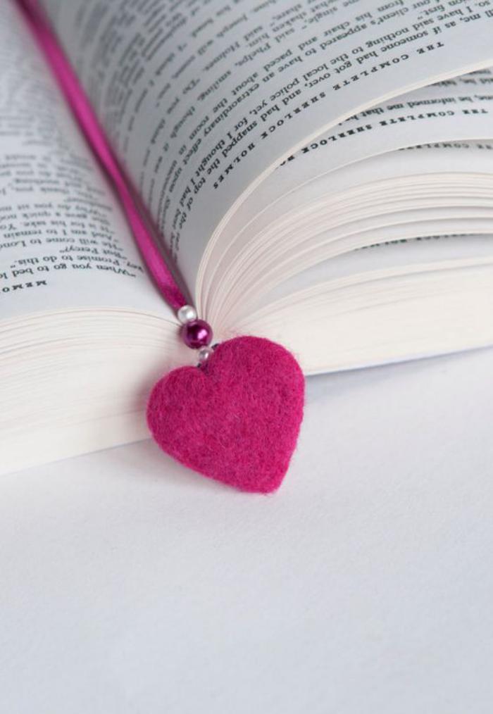 lesezeichen-herzform-bastel-idee-schöne-rosa-farbe