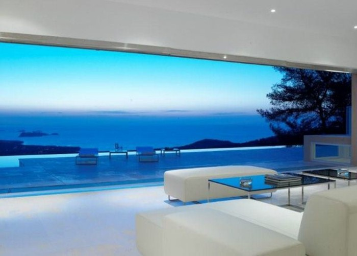 minimalistisches-beeindruckendes-panorama-haus-in-weißer-farbe