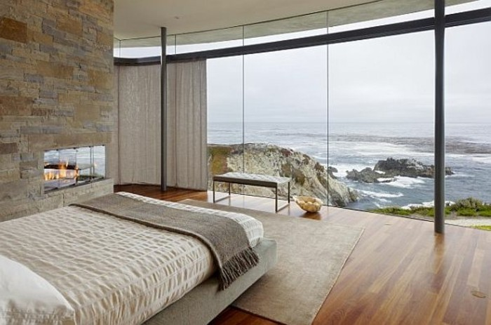 modernes-schickes-schlafzimmer-mit-glaswänden-im-panorama-haus