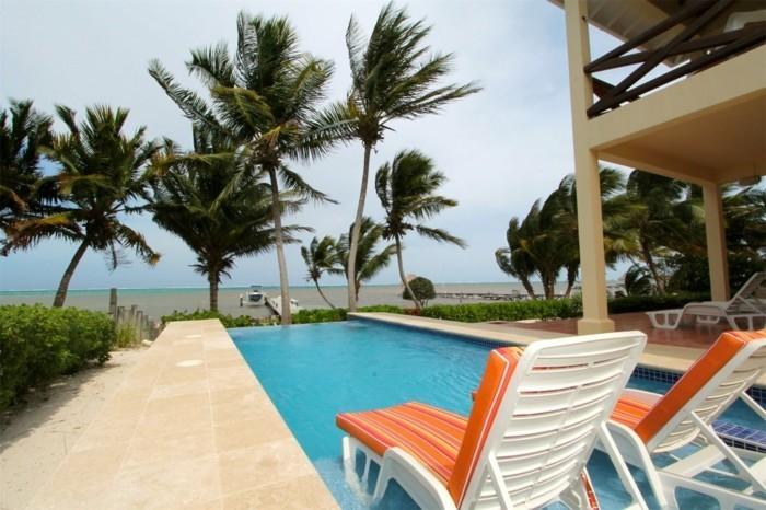 palmen-liegestühle-und-pool-modernes-haus-mit-panorama