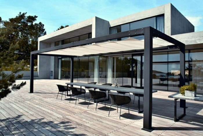 pergola-metall-sonnenschutz-holzveranda-essbereich-rattan-esstisch-stühle-resized