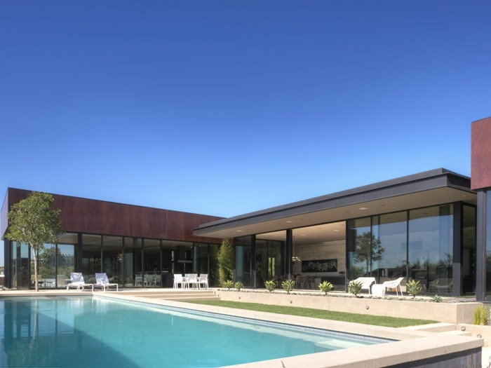 pooldesign-und-modernes-haus-mit-panorama-und-glaswänden