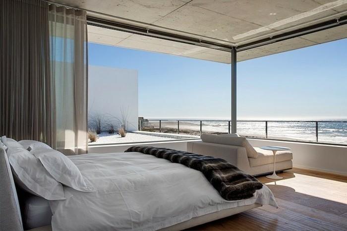 romantisches-weißes-schlafzimmer-im-modernen-exotischen-panorama-haus