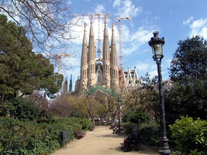 sagrada-familia-kirche-in-barcelona-ein-gebäude-mit-langer-geschichte