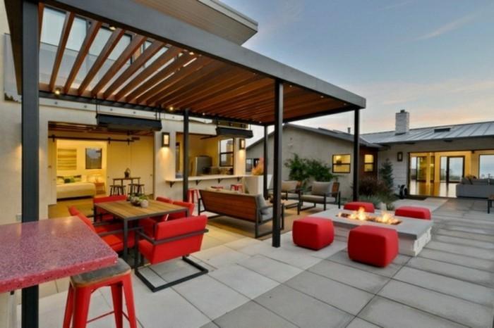 schicke-rote-möbel-und-elegante-metall-pergola-für-eine-unvergessliche-außengestaltung