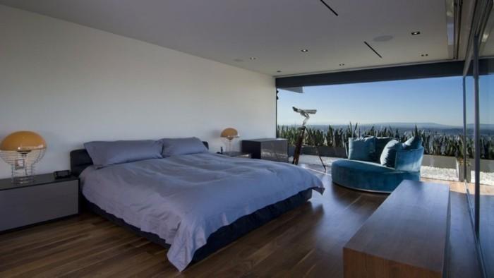 schickes-schlafzimmer-in-einem-schönen-panorama-haus