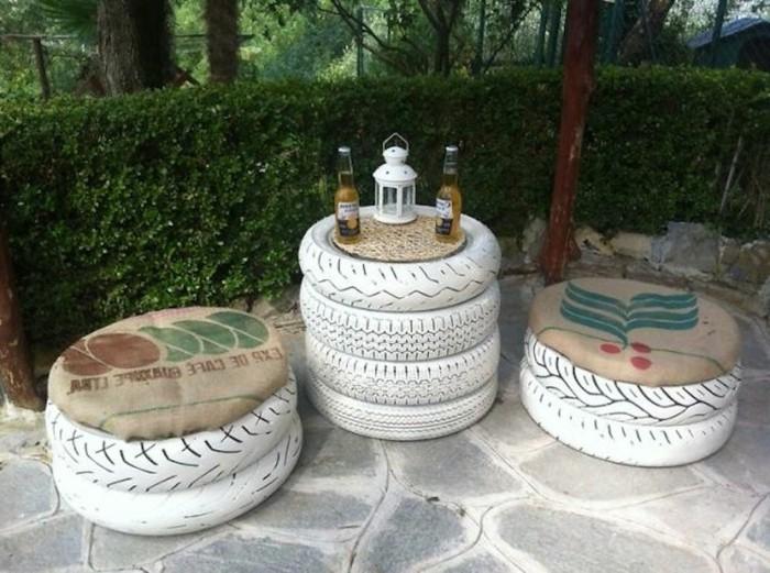 tisch-und-weiße-stühle-diy-möbel-aus-autoreifen-gemacht