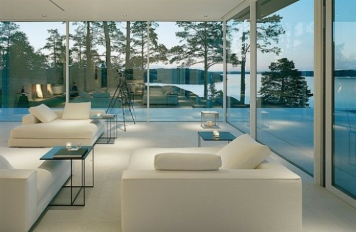 weiße-schicke-möbel-und-tolle-glaswände-panorama-haus