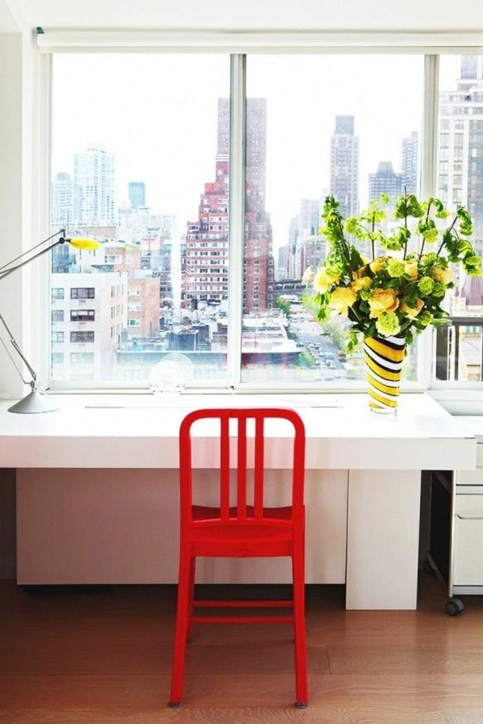 weißer-schreibtisch-design-und-roter-stuhl
