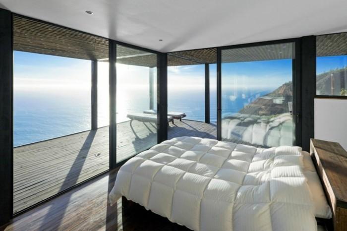 wunderschönes-panorama-haus-mit-kleinem-schlafzimmer-mit-weißen-bettwäschen