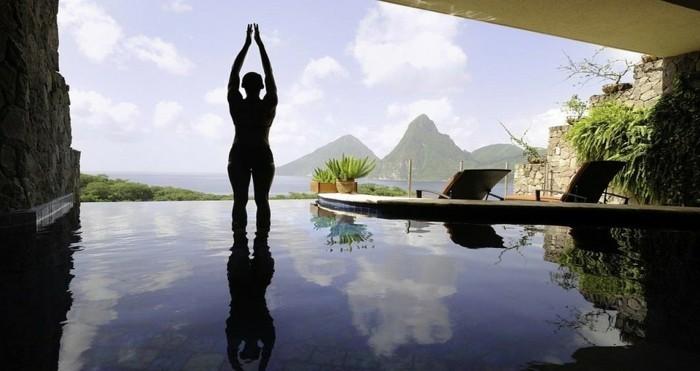 yoga-im-wasser-mit-einem-tollen-ausblick-unglaubliches-haus-mit-panorama
