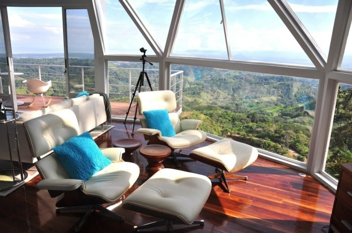 zwei-bequeme-sessel-und-glawände-mit-einem-unvergesslichen.blick-panorama-haus-gestalten