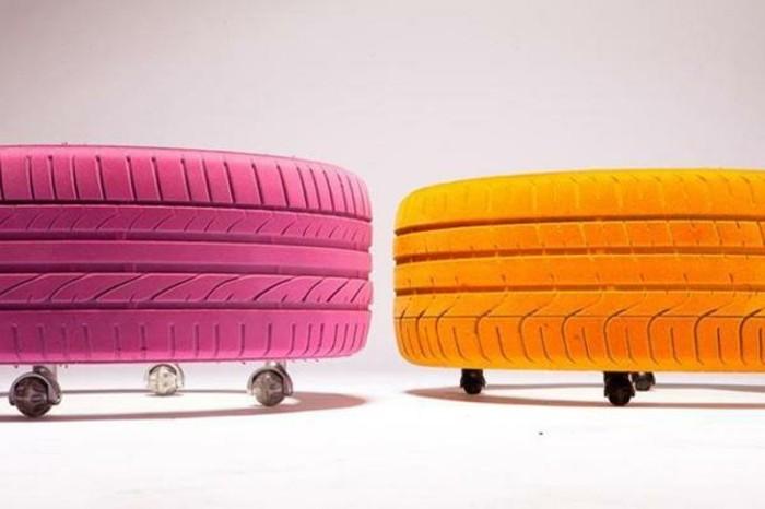 zwei-herrliche-altreifen-recycling-bunte-farben-hocker