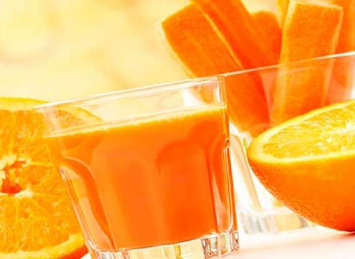 detox-entgiftung-glas-saft-orange-karotten