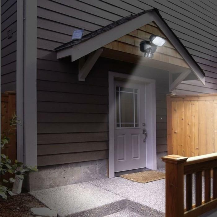 Außenbeleuchtung-mit-Bewegungsmelder-über-der-Tür