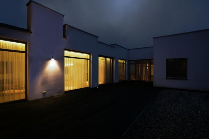 Außenbeleuchtung-mit-Bewegungsmelder-im-Hinterhof