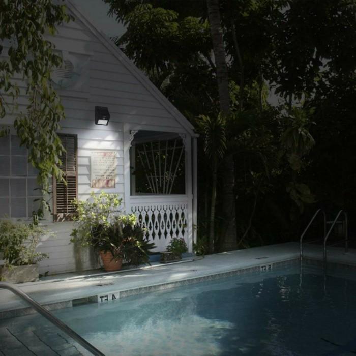 Außenbeleuchtung-mit-Bewegungsmelder-neben-dem-Pool