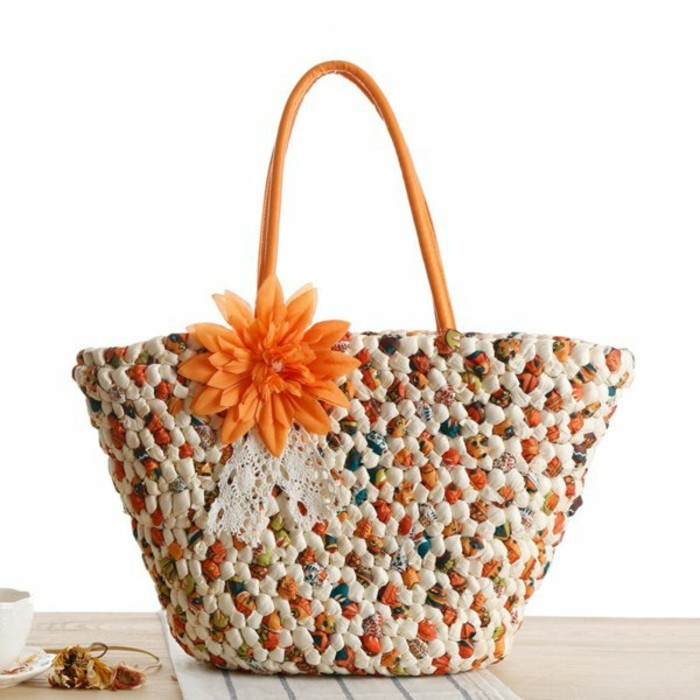 Ausgefallene-Handtaschen-mit-orange-blume-als-verzierung