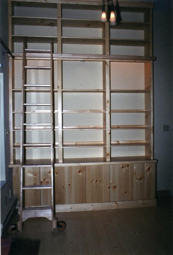 Bücherregal-Leiter-mit-großen-Rädchen