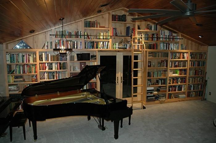 Bücherregal-Leiter-und-ein-Klavier