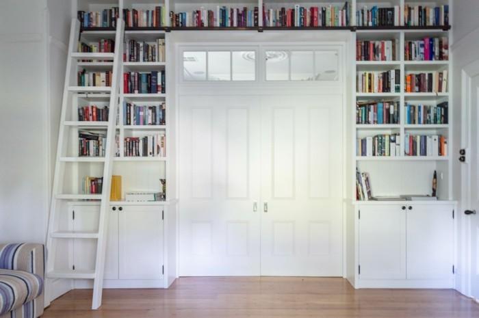 Bücherregal-Leiter-und-weiße-Tür