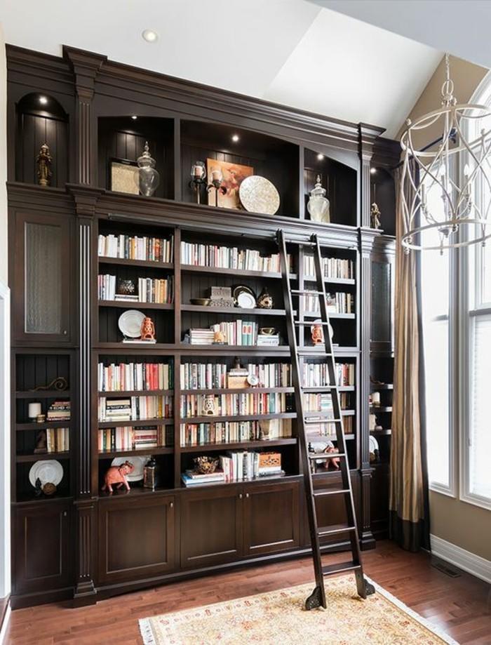 Bücherregal-mit-Leiter-in-dunkler-Farbe