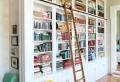 Bücherregal mit Leiter – die Bände erreichen