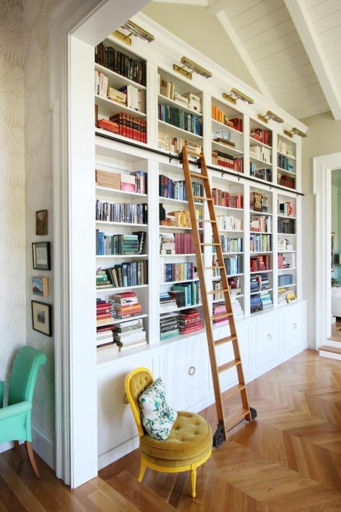 b cherregal mit leiter die b nde erreichen. Black Bedroom Furniture Sets. Home Design Ideas