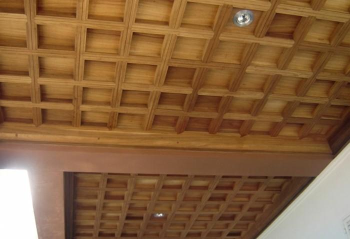 Deckenpaneele-Holz-wie-Quadraten-mit-Balken