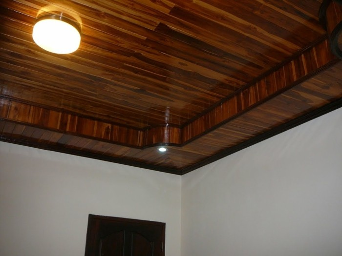 Deckenpaneele-aus-Holz-mit-runder-Lampe