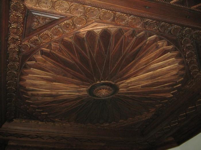 Deckenverkleidung-Holz-in-einem-alten-Haus-in-Bulgarien