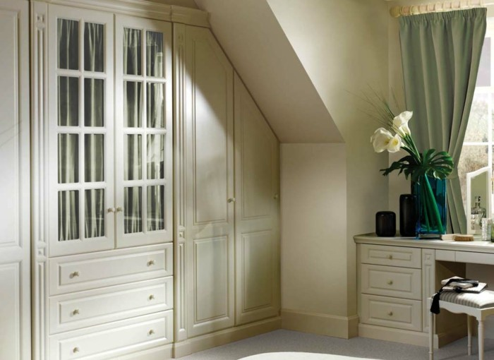 Einbauschrank-für-Dachschräge-freien Raum-optimal-ausnutzen-Einrichtungsideen-Schlafzimmer