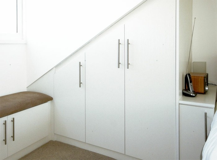 Einbauschrank-für-Dachschräge-freien Raum-optimal-ausnutzen-Einrichtungsideen