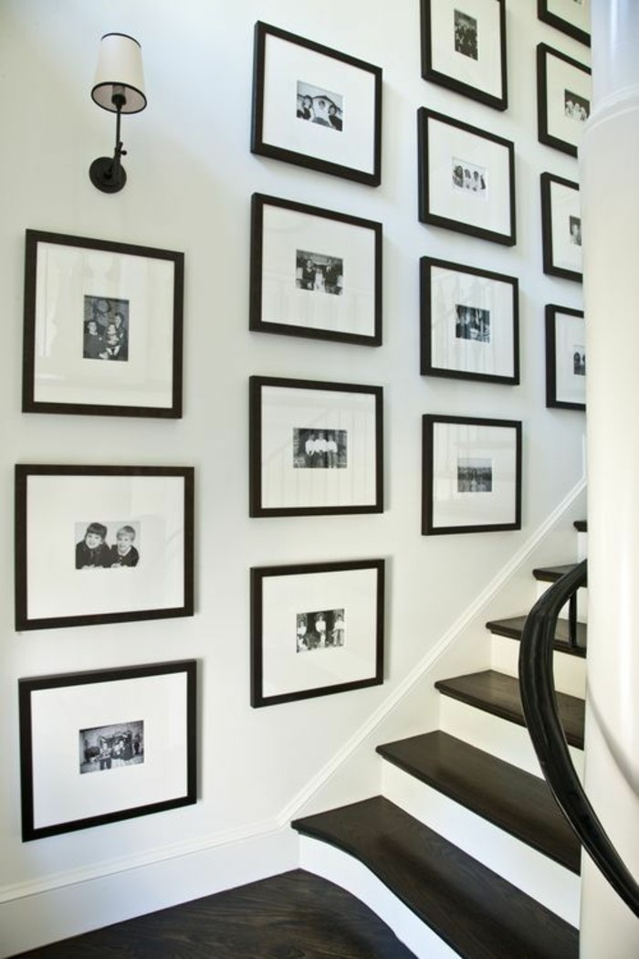 Fotowand-im-flur-treppe-schwarz-weiß